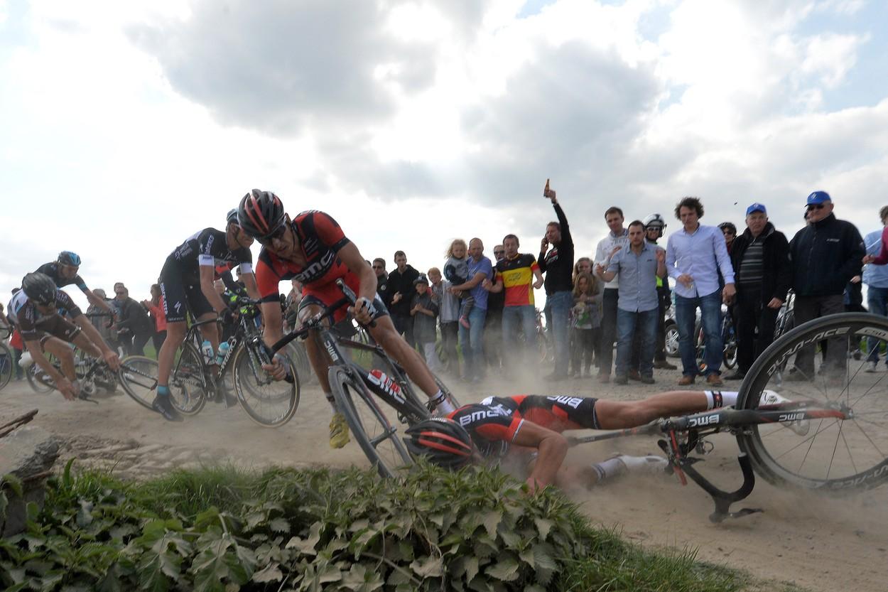 A hegyi kerékpározás, legyen szó akár annak enduro, terep vagy freeride változatáról, első pillantásra sokkal veszélyesebbnek tűnik, elsősorban a technikailag kihívást jelentő terepviszonyok miatt. Nagyobb eséllyel szenvedhetünk különféle horzsolásos, véraláfutásos, agyrázkódásos vagy zúzódásos sérülést.