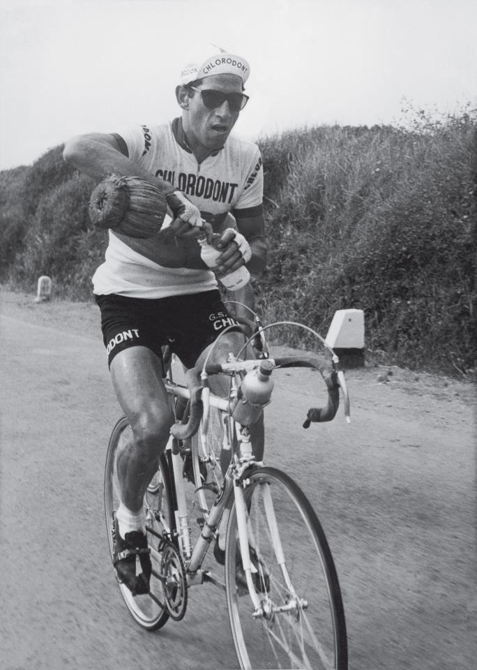 Gastone Nencini se občerstvuje vínem během etapy Tour de France v roce 1958. O dva roky později slavný závod vyhrál.