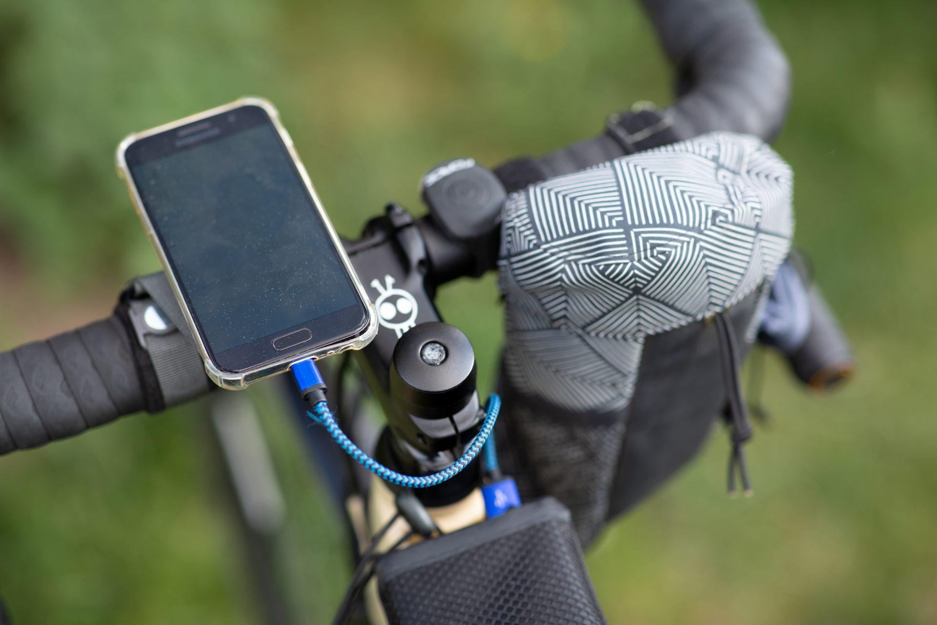Už pouhý telefon na řídítkách, ač použítý jako nafigace, bere pozornost.