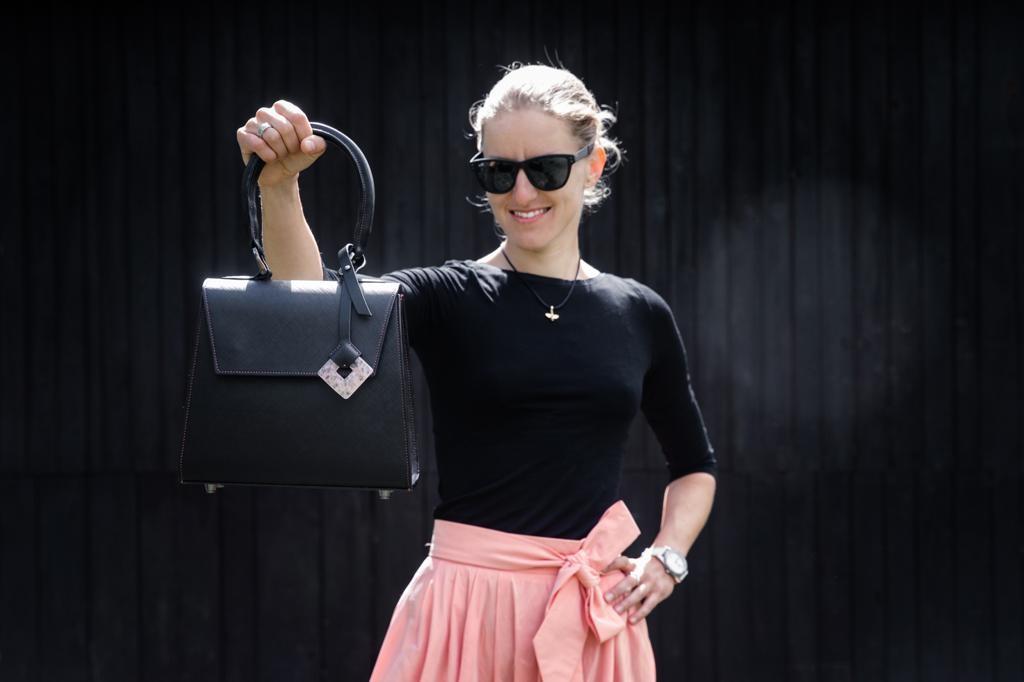 Bikerka Karla Štěpánová s kabelkou, kterou sama vyrobila. Foto: Michal Červený