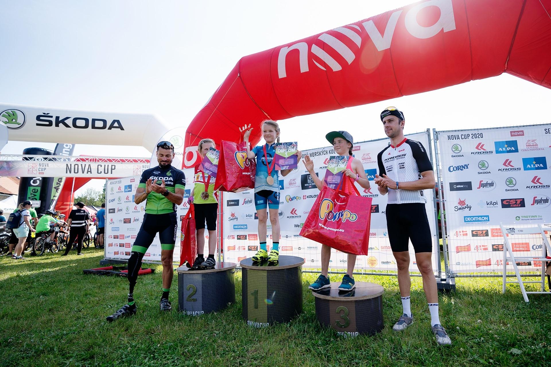 Biker Ondřej Cink (zcela vpravo) při vyhlášení výsledků dětských závodů úvodního dějství seriálu Nova Cup na Sázavě.