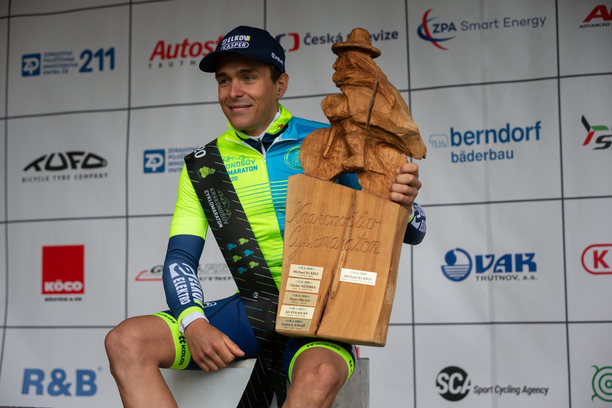 Adam Ťoupalík s originální trofejí za vítězství v Krakonošově cyklomaratonu. Foto: Michal Červený