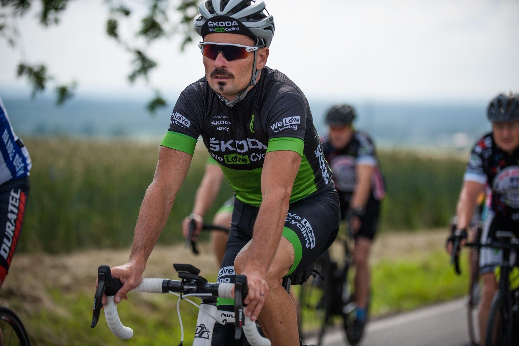 Cyklista Jiří Ježek v dresu týmu We Love Cycling při charitativním projektu Na kole dětem.