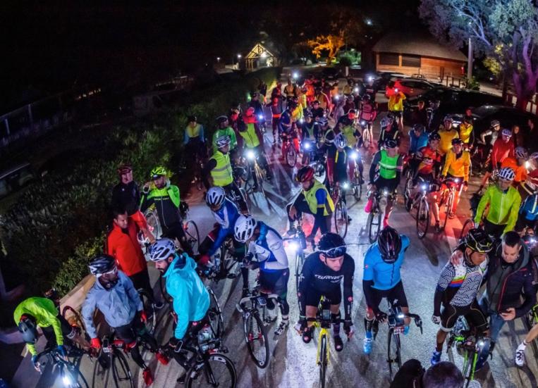 Cyklisté před nočním startem bikepackingového závodu na Korsice. Foto: bikingman.com