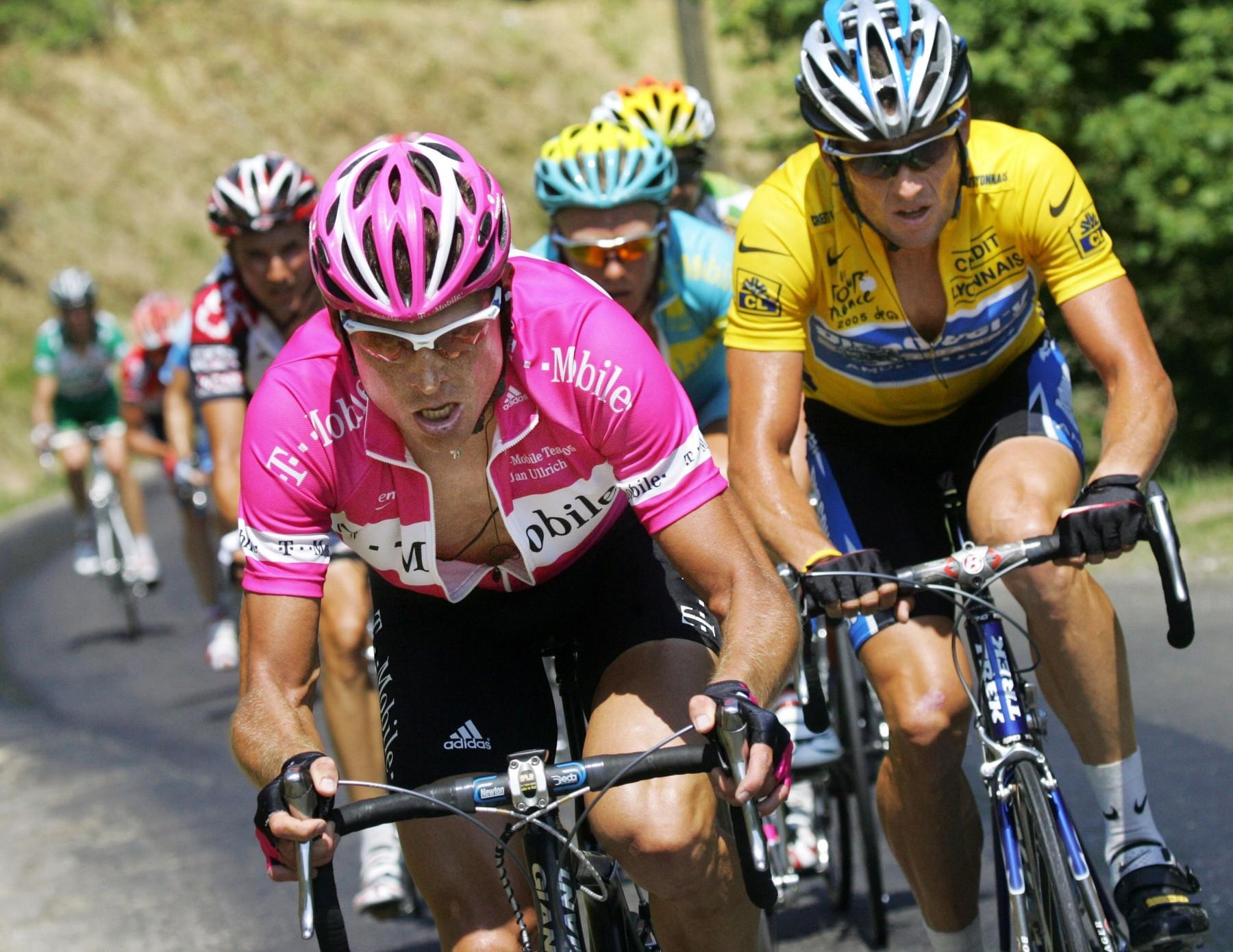 Jan Ullrich (vlevo) útočí na Lance Armstronga ve 14. etapě Tour de France 2005. Foto: profimedia