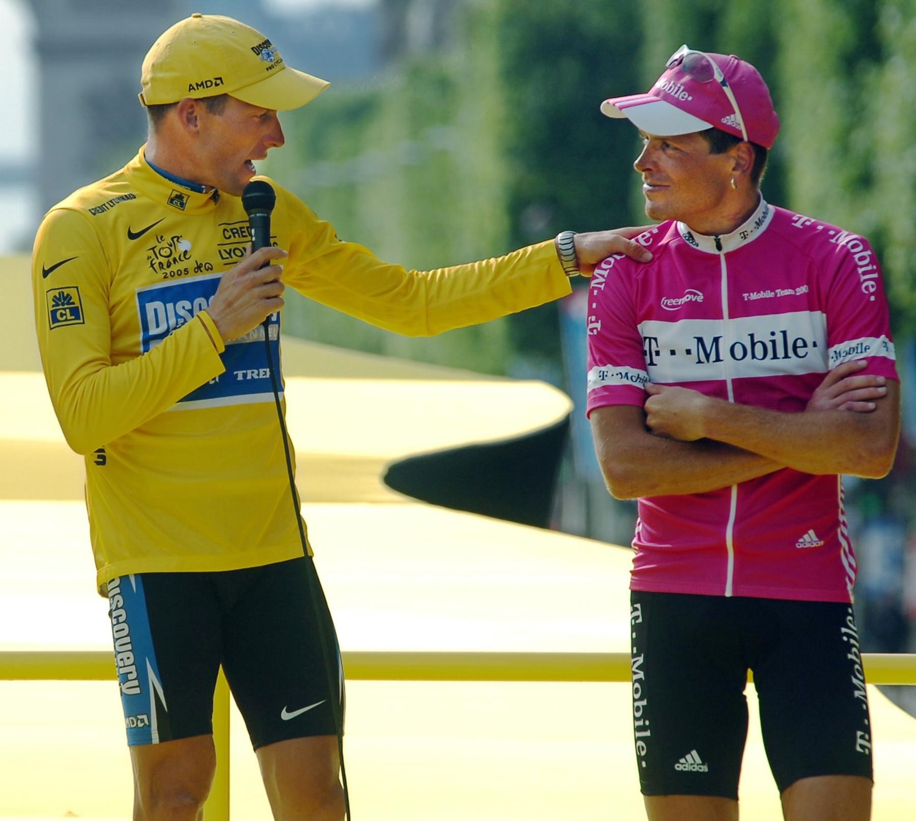 Lance Armstrong promlouvá ve žlutém trikotu vítěze Tour de France k Jan Ullrichovi. Foto: profimedia