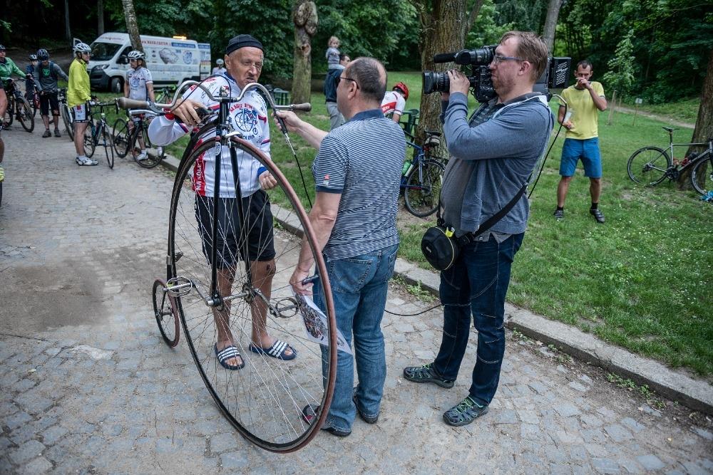 Josef Zimovčák při rozhovoru během desátého ročníku projektu Na kole dětem.