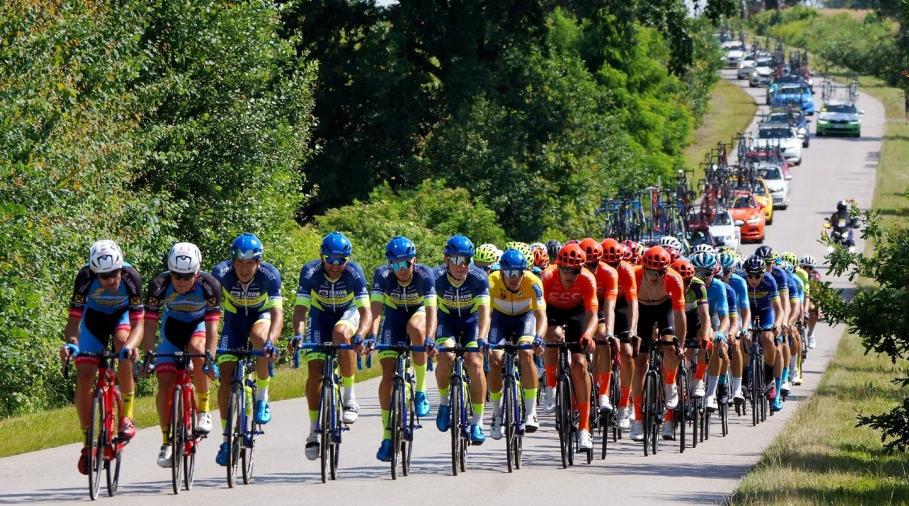 Balík! Hlavní pole cyklistického závodu. Foto: facebook Elkov Kasper