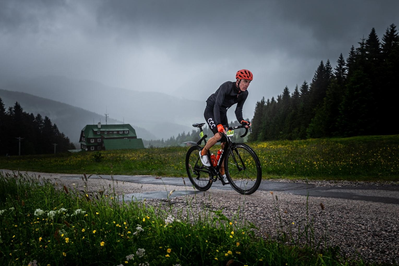 Jan Hirt, český cyklista týmu CCC, při Krakonošově maratonu před restartem sezony World Tour. Foto: Michal Červený