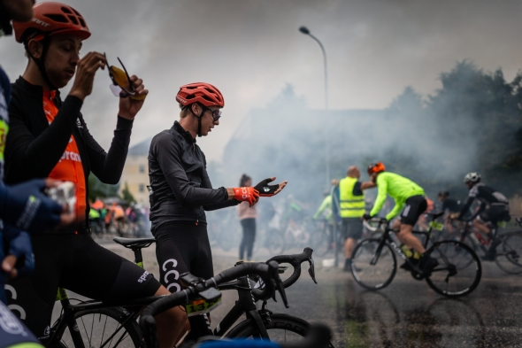 Jan Hirt (druhý zleva) se chystá na start Krakonošova cyklomaratonu, jímž si zpestřil přípravu. Foto: Michal Červený