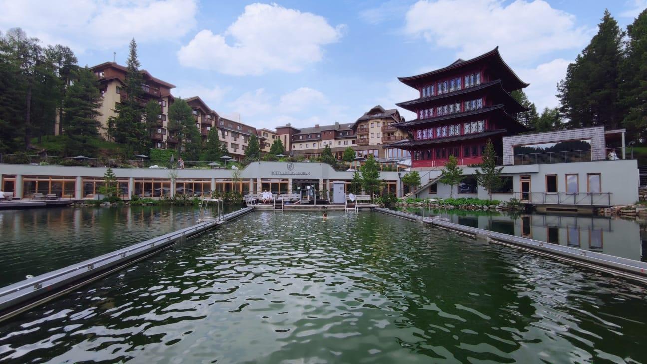 Hotel Hochschober nabízí jedinečný zážitek v podobě koupele ve vyhřívané části jezera,.