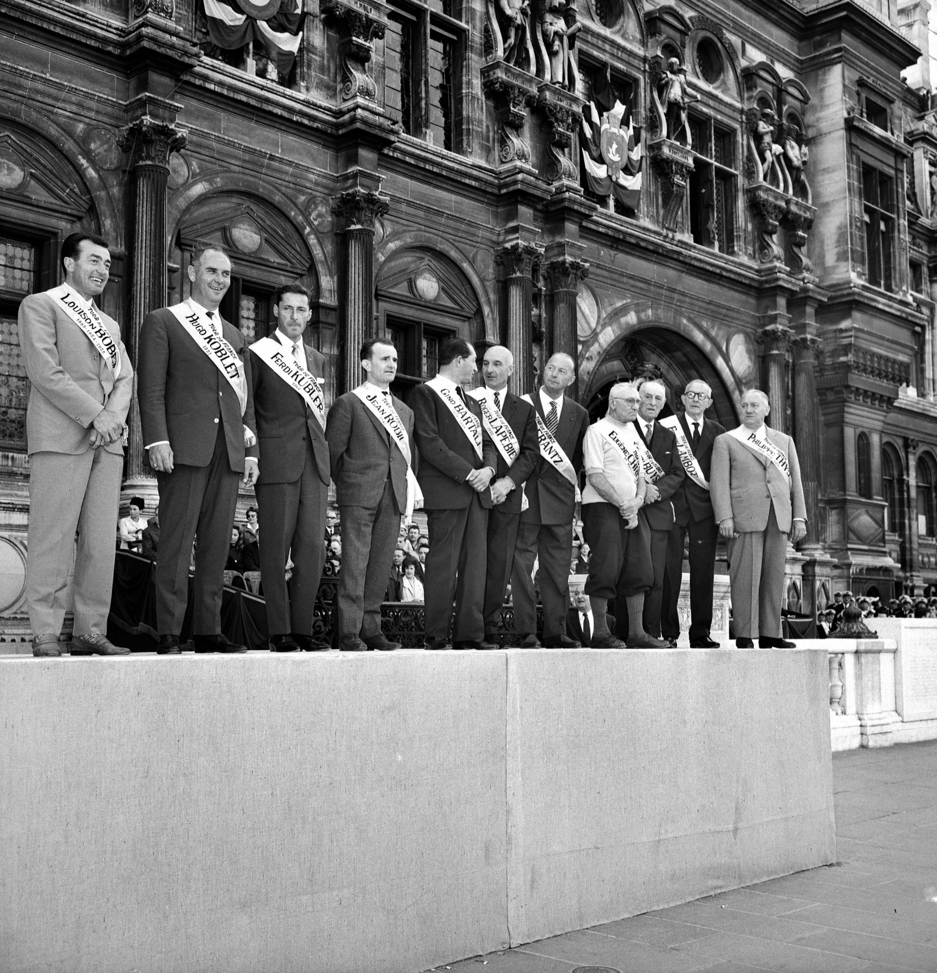 Historičtí šampioni. Zleva doprava: Louison Bobet (od roku 1953 do roku 1955), Hugo Koblet (Švýcarsko, 1951), Ferdinand Kubler (Švýcarsko, 1950),Jean Robic (1947), Gino Bartali (Ital, 1938), Roger Lapébie (1937), Nicolas Frantz (rodák z Lucemburku, 1927 a 1928), Eugène Christophe (3. cesta 1919), Lucien Buysse (Belgičan, 1926), Firmin Lambot (Belgičan, 1919) ), Philippe Thys (Belgičan, 1913, 1914 a 1920).