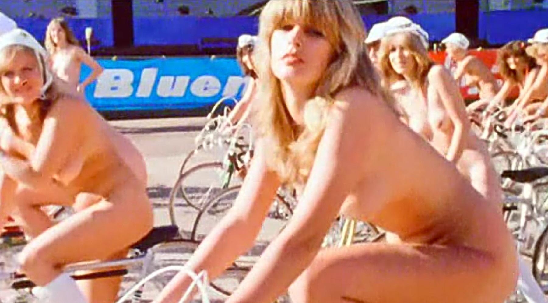 Videoklip k songu Bicycle Race představoval pro tehdejší Anglii hodně kontroverzní téma. Foto: profimedia