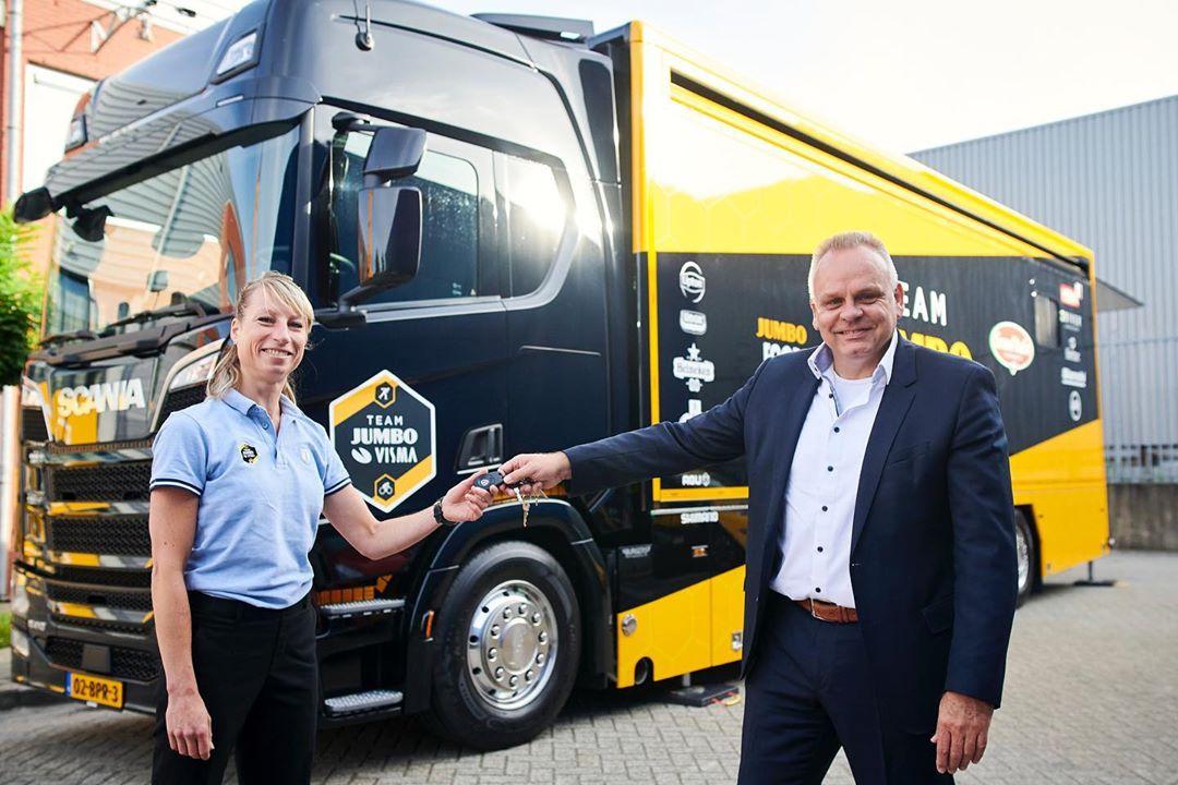 Nová posila pro tým Jumbo Visma. Nikoli do závodního pole, ale v podobě kamionu zajišťujícího kuchařský servis.