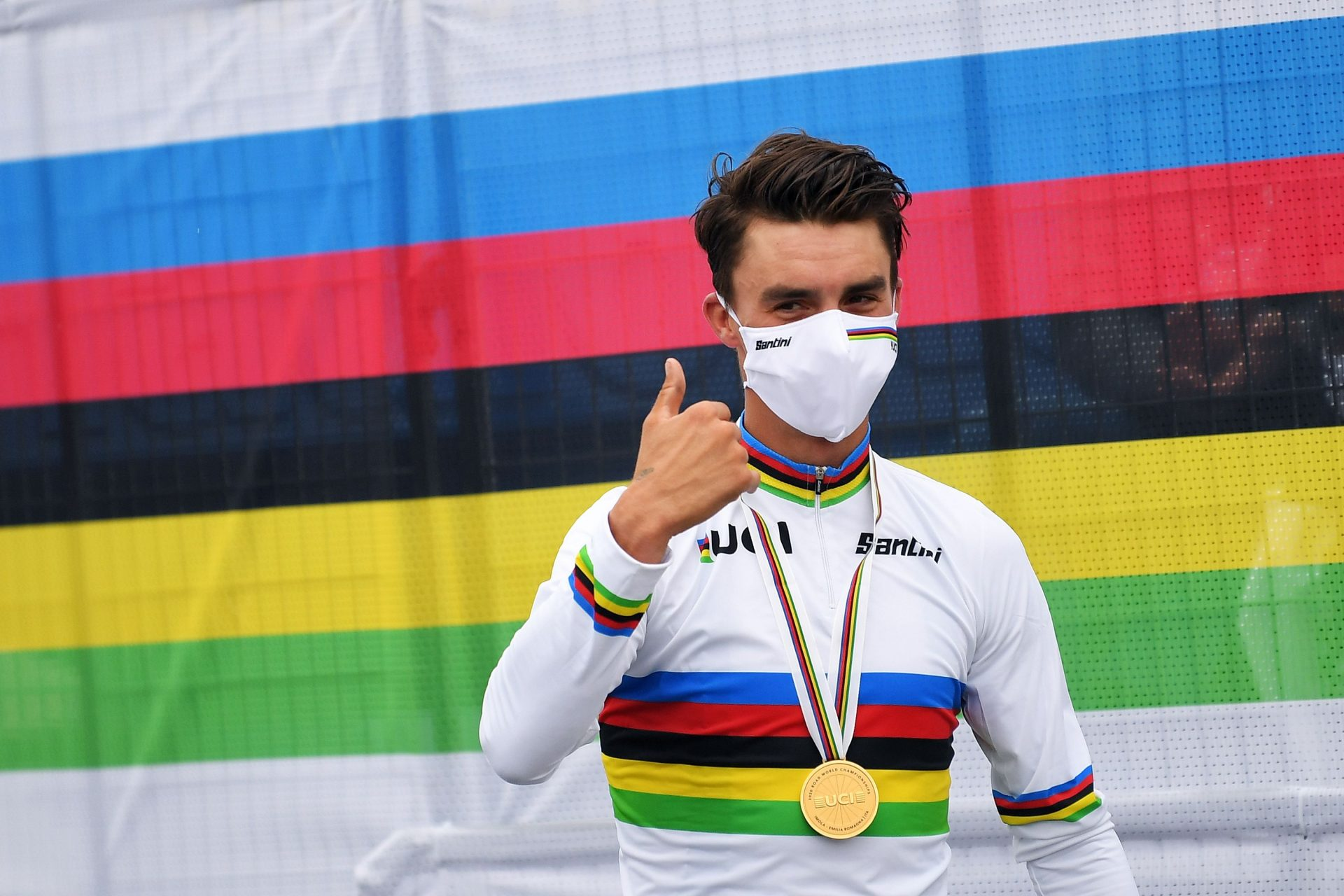 Julian Alaphilippe se zlatou medailí a dresu mistra světa po závodě v Imole. Foto: Tim De Waele/Getty Images/Deceuninck Quick Step