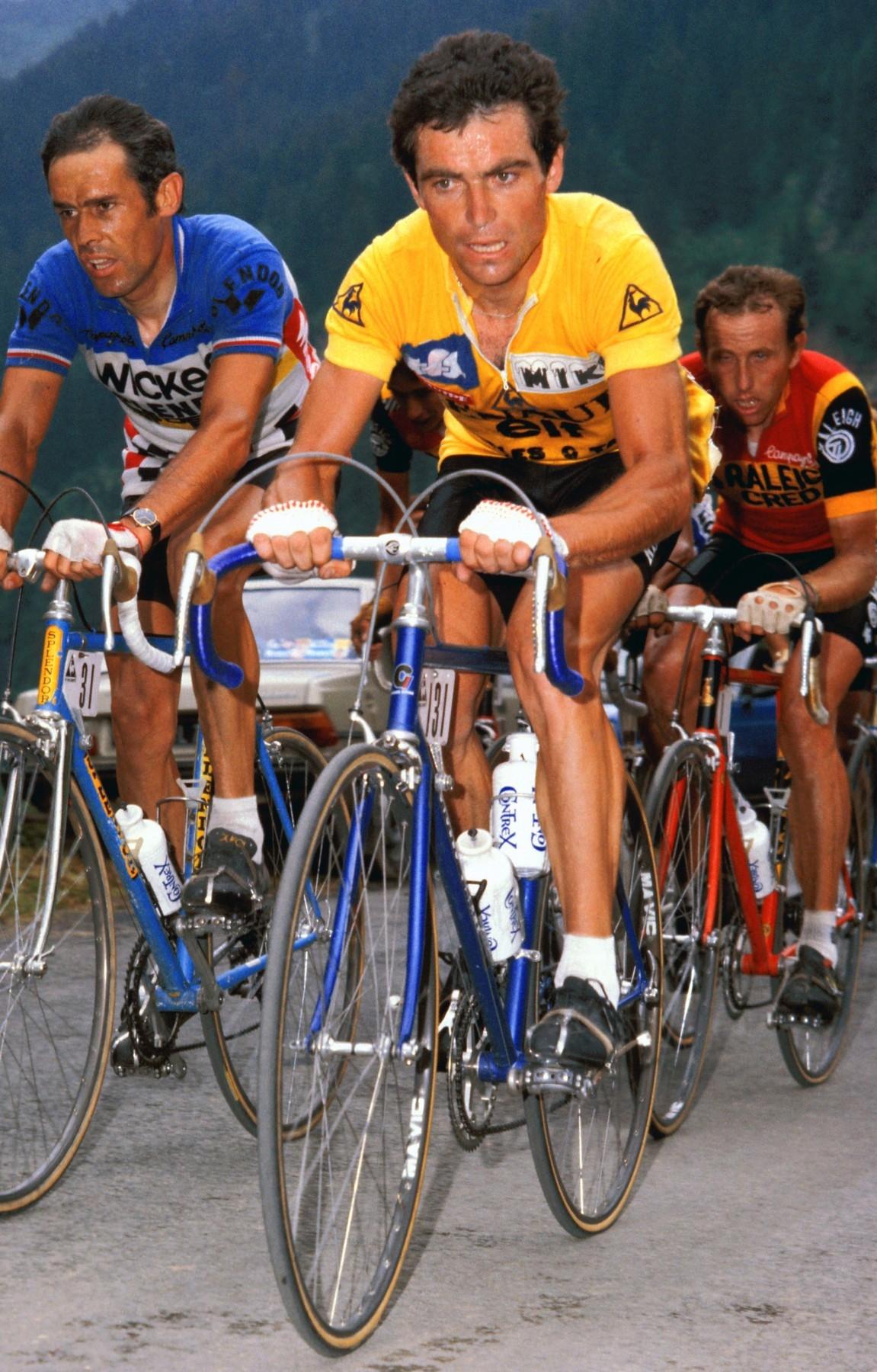 Bernard Hinault na čele skupiny při Tour de France. Zcela vpravo Zoetemelk, vítěz ročníku 1980. Foto: profimedia