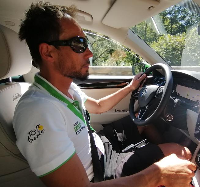 Pedro Horillo za volantem hybridní Škody Superb, s níž absolvuje letošní 107. ročník Tour de France. Foto: We Love Cycling