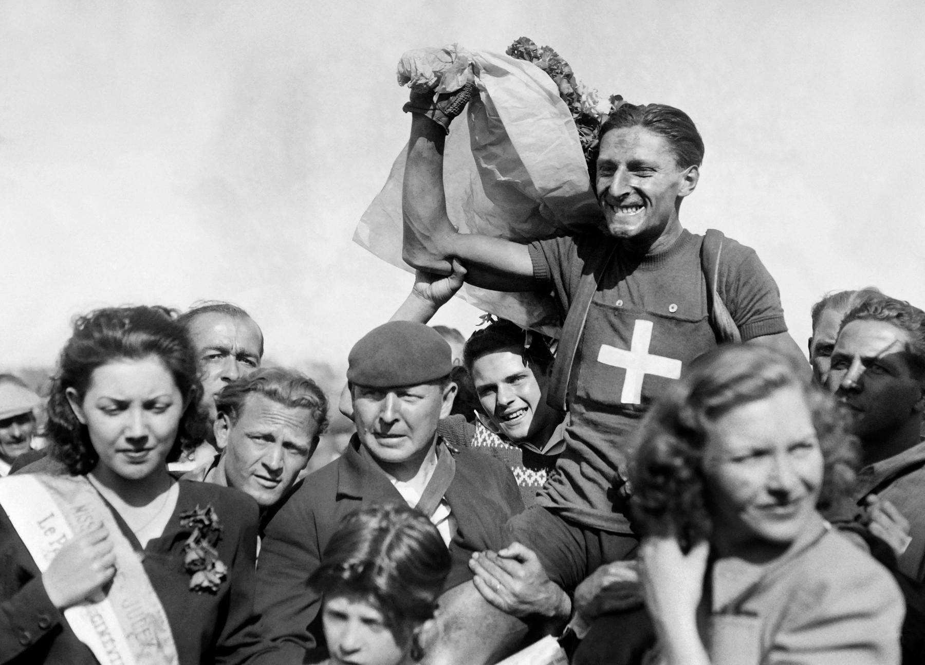 Ferdinant Kubler nad hlavami fanoušků po vítězství v první poválečné etapě Tour de France v roce 1947. Foto: profimedia