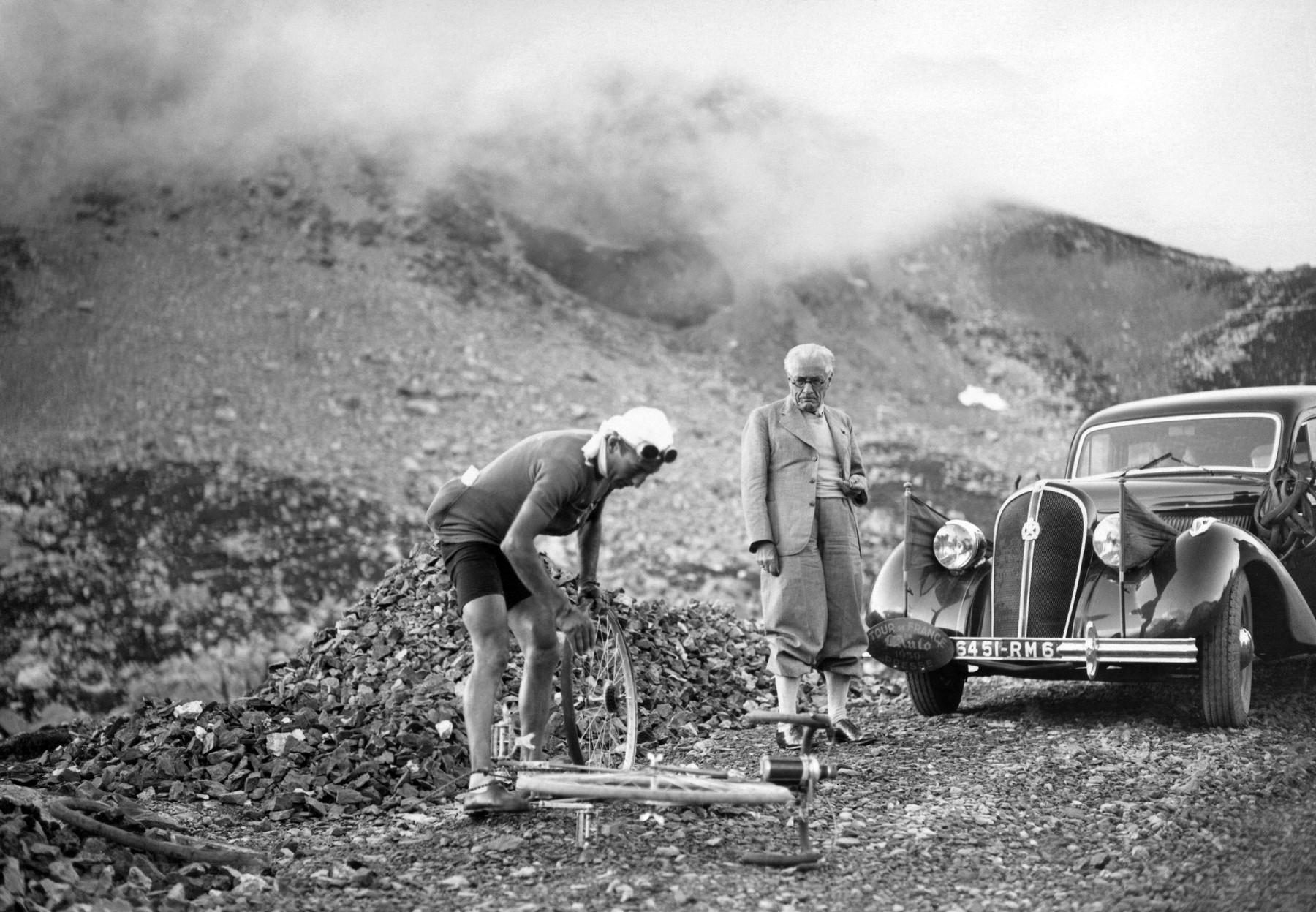 Henri Desgrange, ředitel Tour de France, sleduje opravu kola v podání belgického cyklisty Sylvera Maese při etapě posledního předválečného ročníku Tour de France 1939. Foto: profimedia