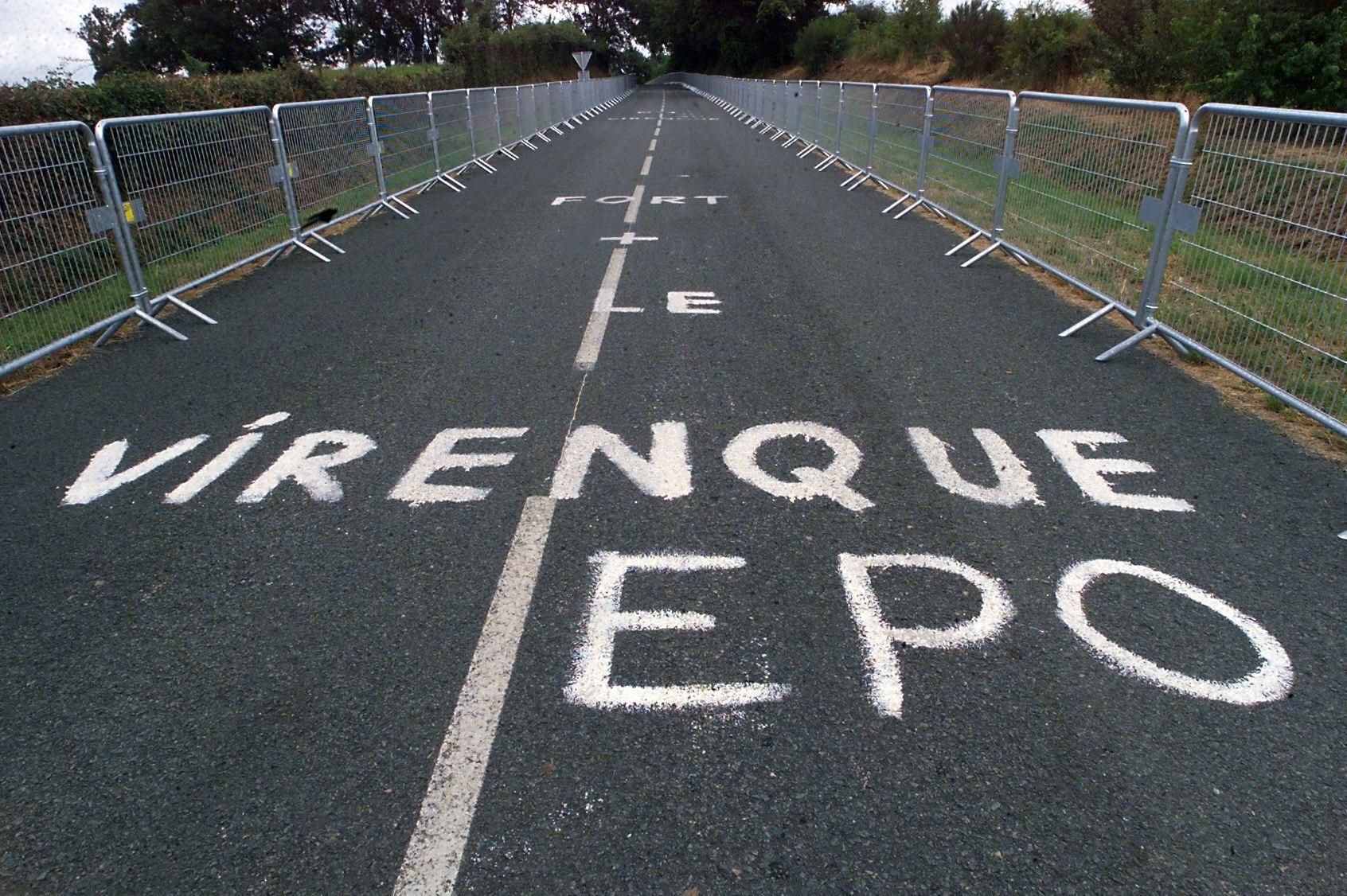 Nápisů na silnicích spojujících cyklisty s dopingem byly stovky. Foto: profimedia