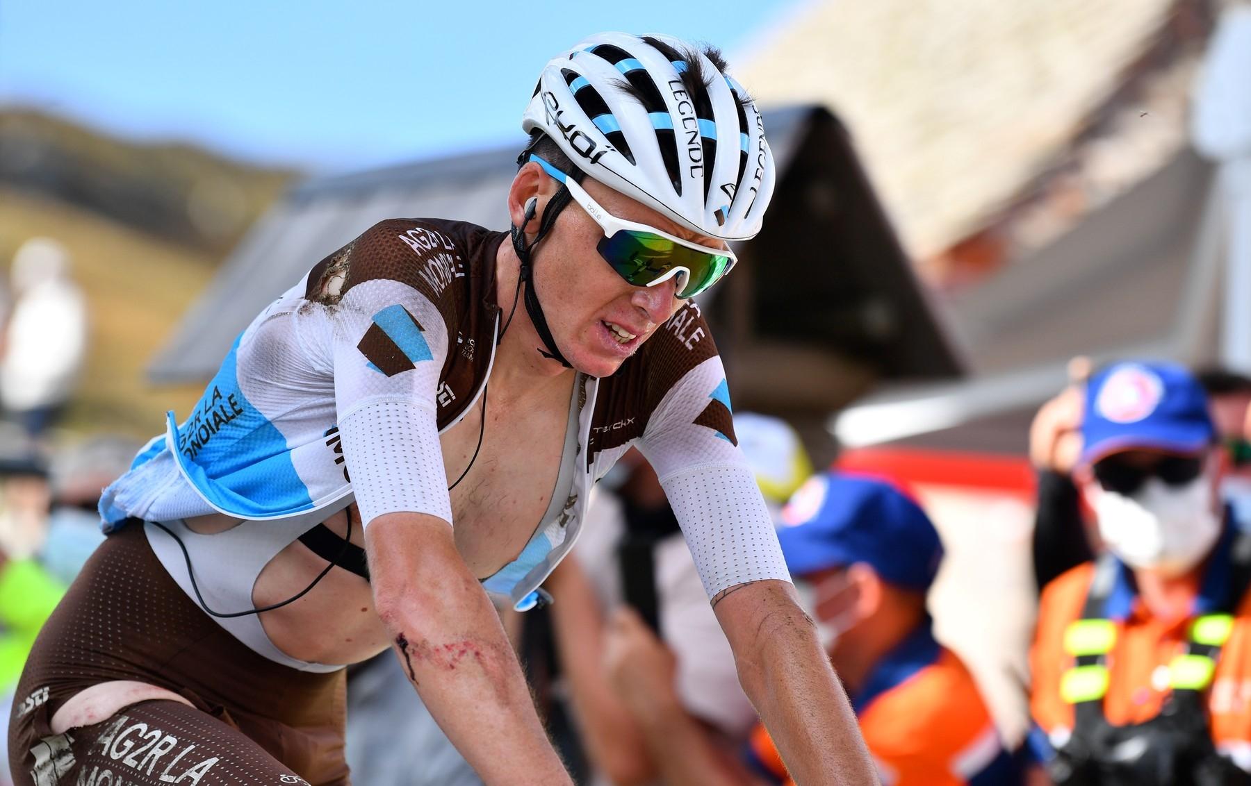 Romain Bardet v cíli 13. etapy vypadal po pádu relativně dobře. Odřeniny na ruce, stehně a rameni se nezdály být nijak problematické. Ve skutečnosti krvácel do mozku. Foto: profimedia