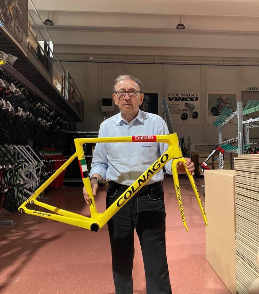Ernesto Colnago se žlutým rámem připraveným pro Tadeje Pogačara na závěrečnou etapu Tour de France 2020. Foto: facebook Colnago