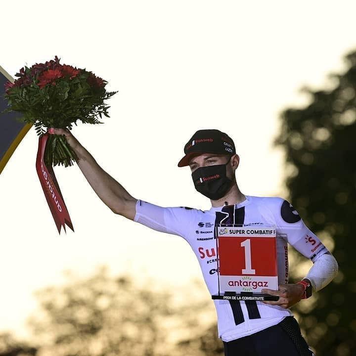 Marc Hirschi s trofejí pro největšího bojovníka Tour de France 2020. Foto: instagram