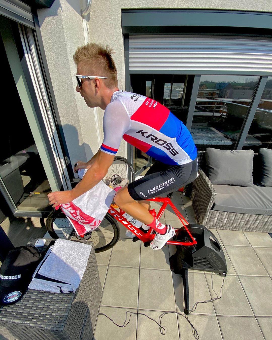 Ondřej Cink během jarní karantény při tréninku na smart biku. Foto: instagram