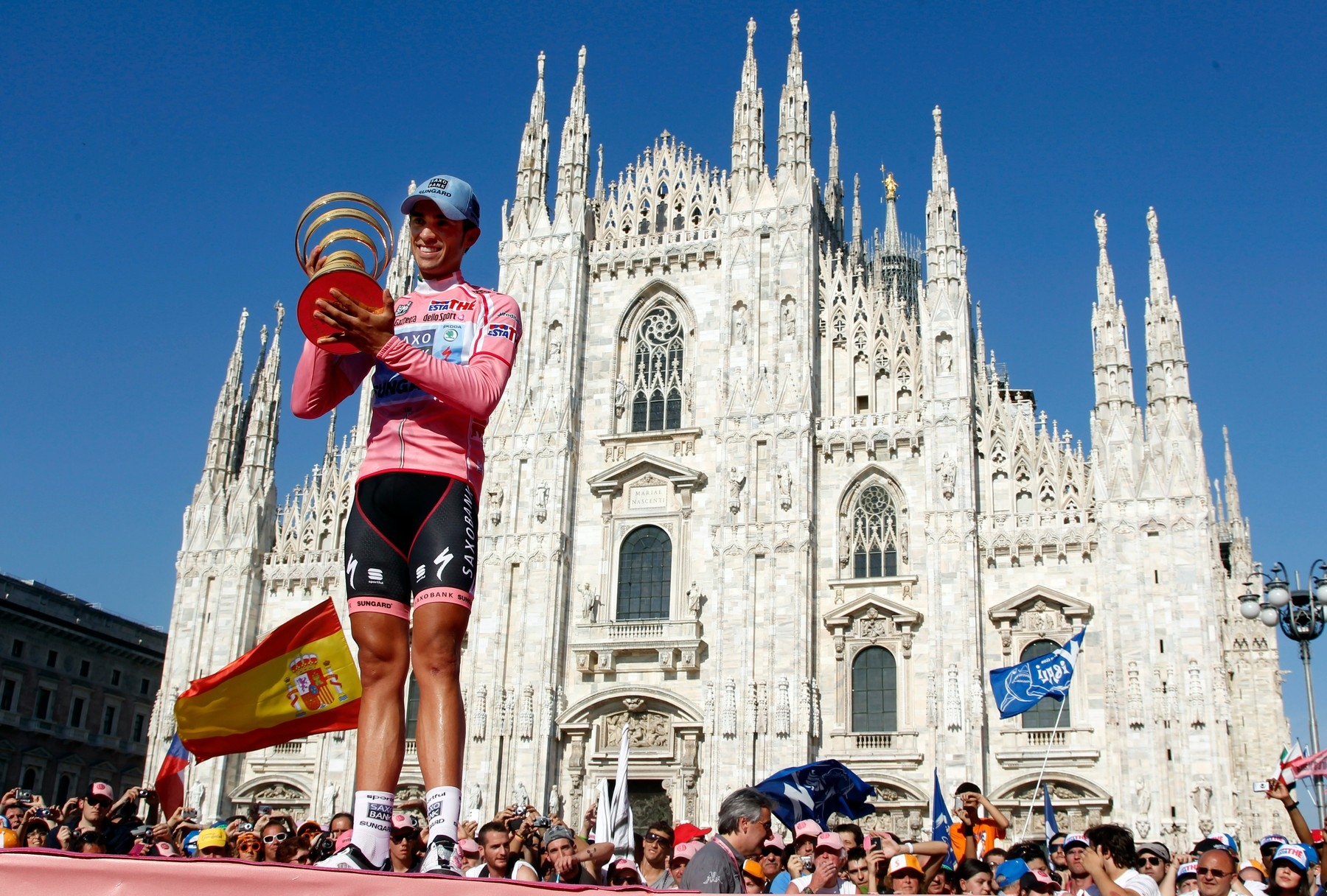 Alberto Contador s trofejí pro vítěze Gira 2011 před katedrálou v Miláně, kde končí i letošní ročník. Foto: profimedia