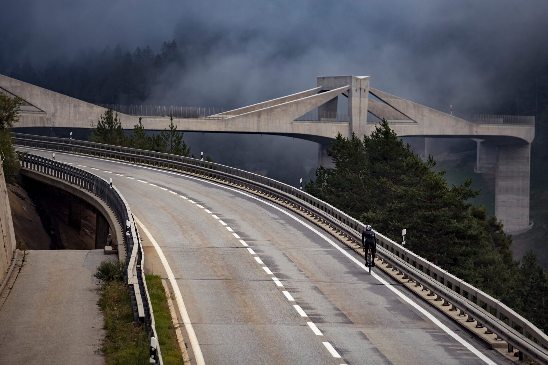 Patrick Seabase při jedinečném cyklistickém výkonu překonal i Ganterův most. Foto: redbull