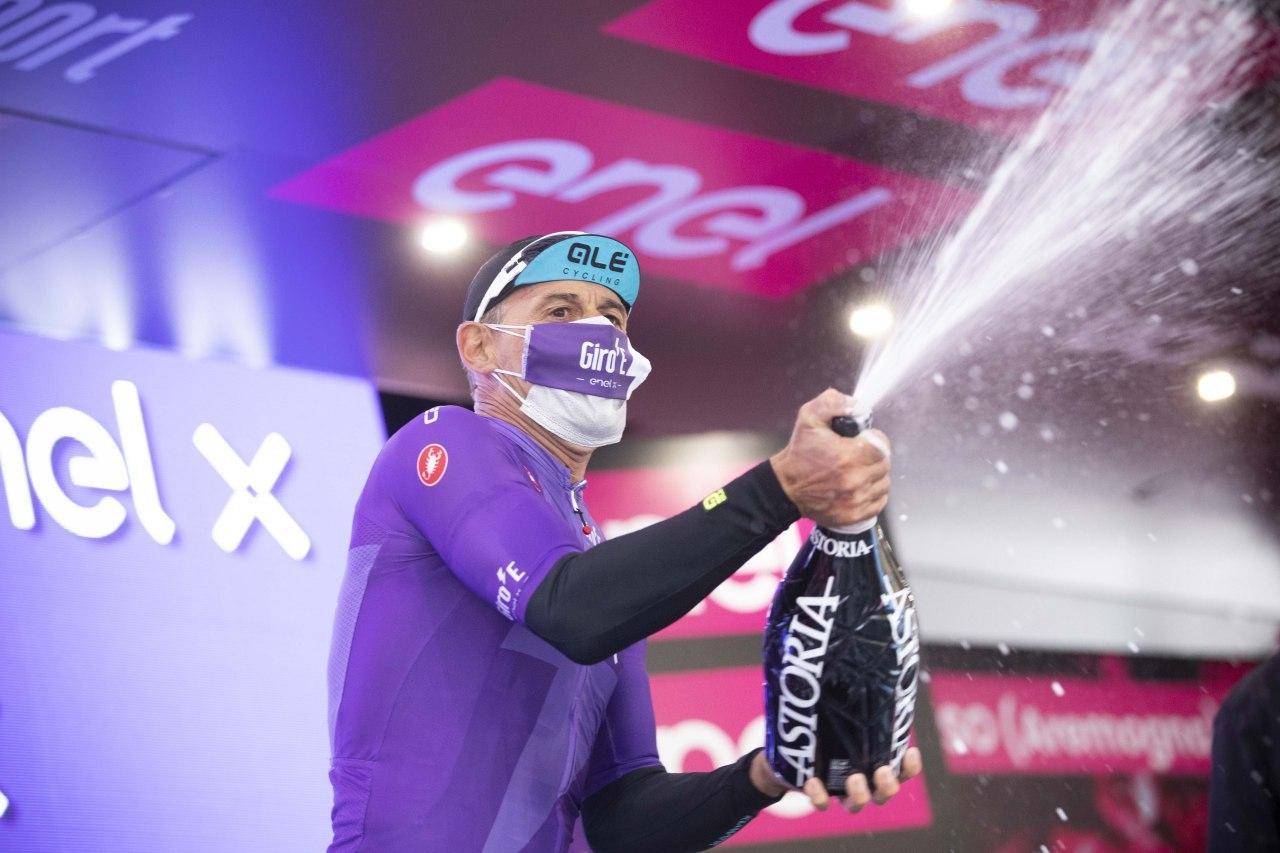 Massimiliano Lelli se letos zúčastnil akce Giro E-Bike, kde si oživil vzpomínky na vítěznou radost na pódiu. Foto: