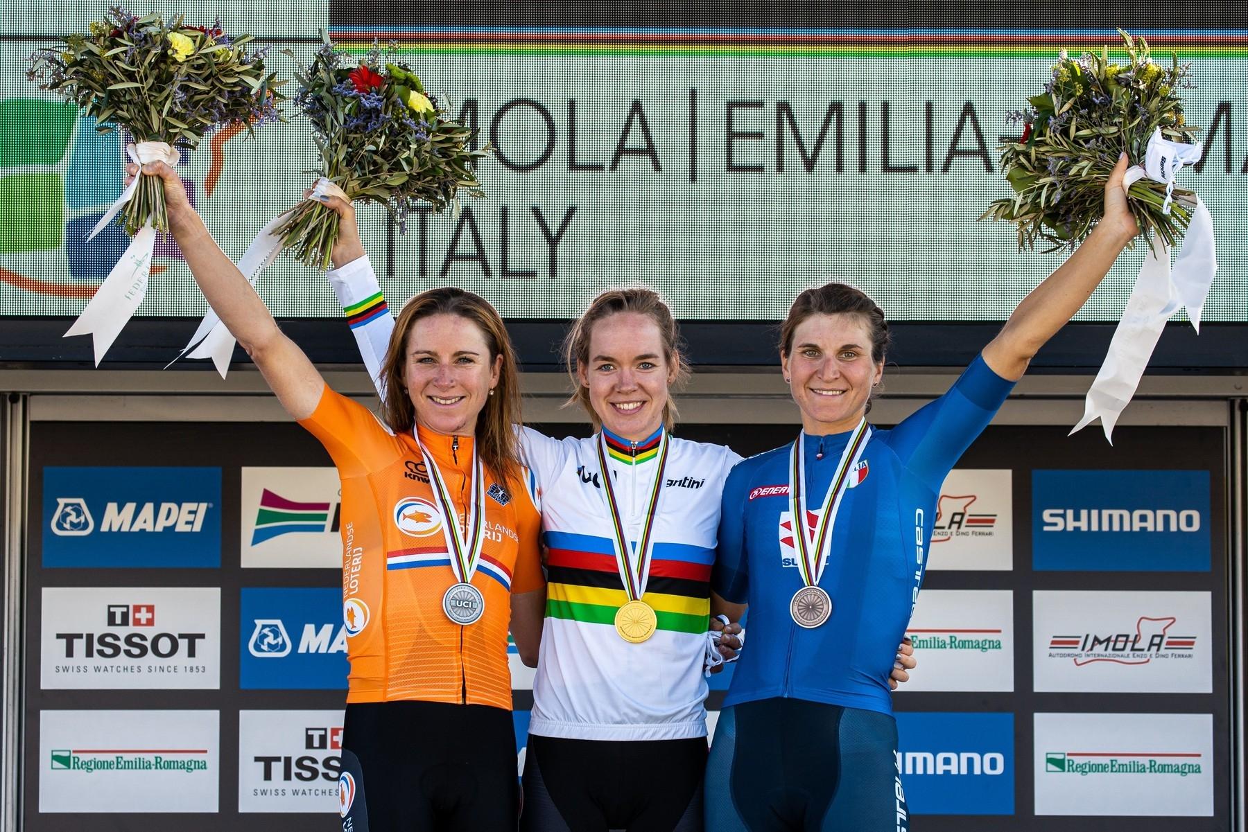Stupně vítězů při MS v Imole. Annemiek van Vleutenová z Nizozemska, její krajanka Anna van der Breggenová a bronzová Elisa Longo Borghiniová z Itálie (zleva). Foto: profimedia