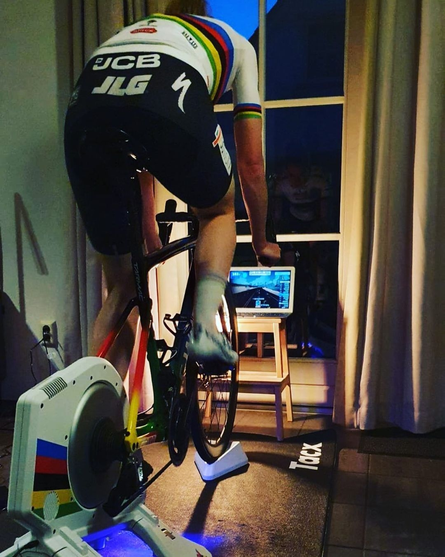 Anna van der Breggenová v trikotu mistryně světa při domácím tréninku na trenažéru. Foto: instagram Anna van der Breggen