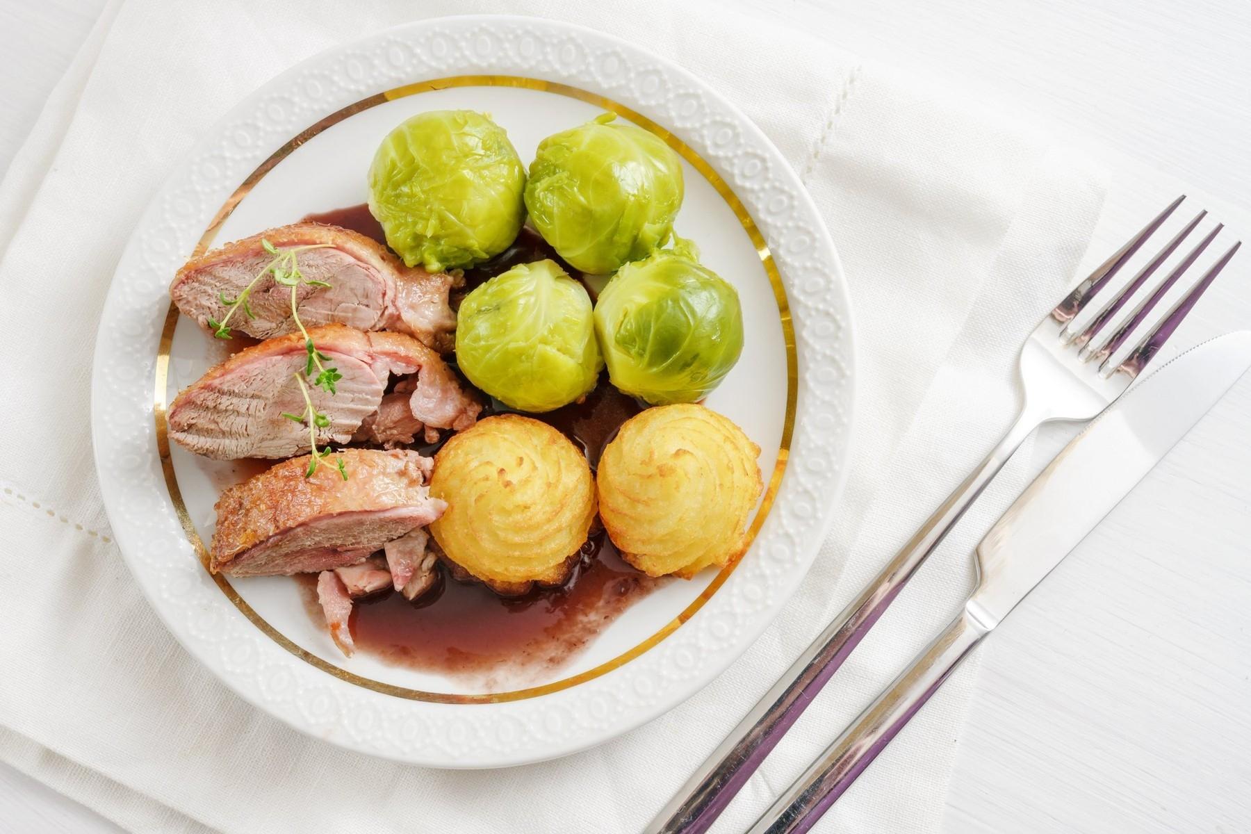 Kachní prsa, kapusta a brambory. Inspirace, jak složit vhodný vyvážený oběd. Foto: profimedia