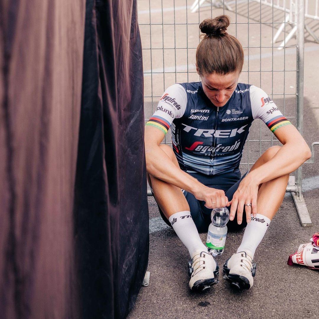 Lizzie Deignanová zničená po jednom ze závodů. Kariéru však rozhodně nekončí. Foto: instagram Lizzie Deignan