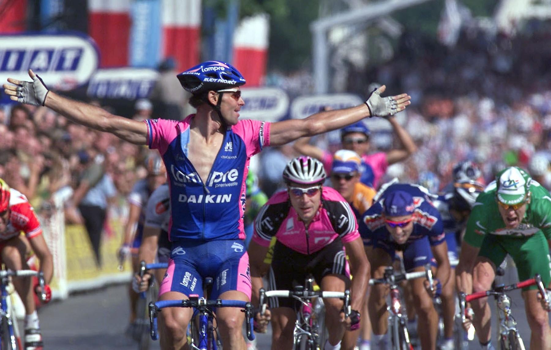 Ján Svorada se raduje z triumfu v poslední etapě Tour de France 2001. Foto: profimedia
