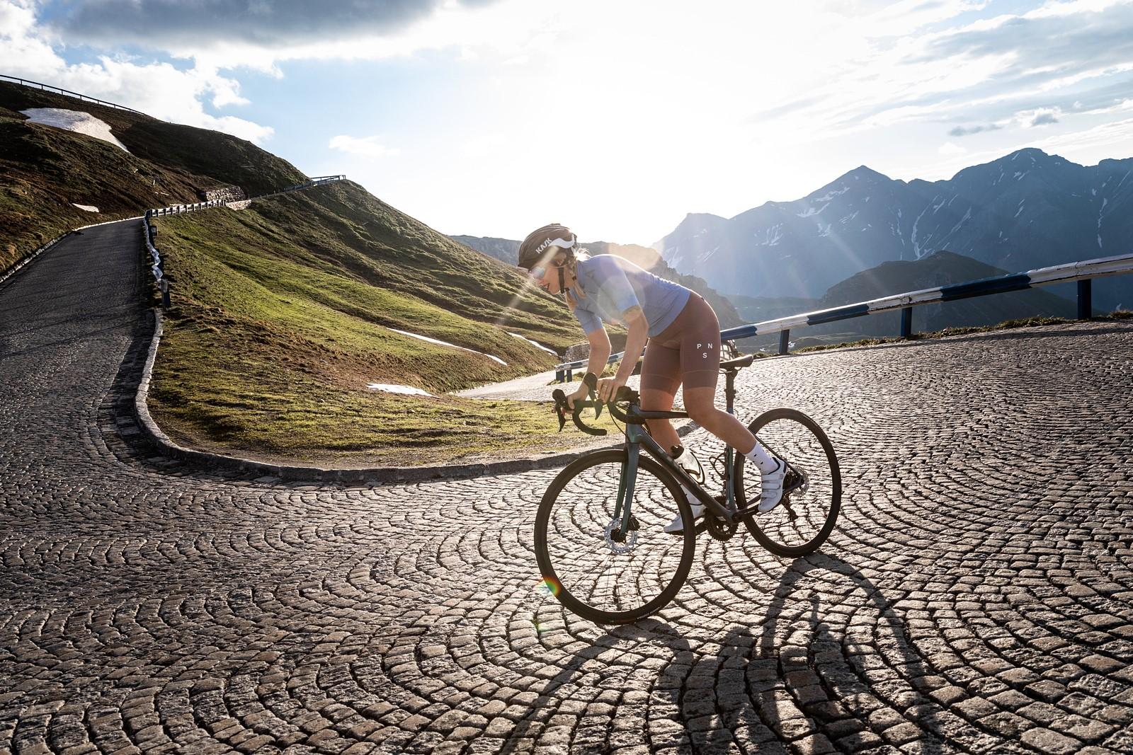 Magická třicítka je lákavou meto i pro mnoho žen v sedle kola, bez ohledu na náročnost trasy. Foto: Michal Červený