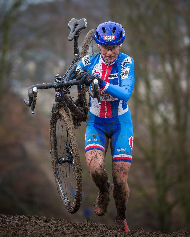 Kateřina Nash v českém reprezentačním dresu při cyklokrosovém závodě. Foto: Michal Červený