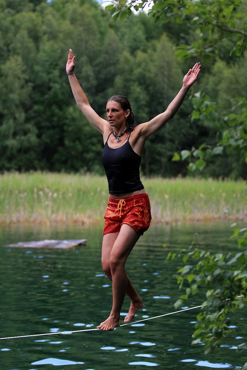 Slackline nad vodou. Ideální kombinace posilování svalstva a osvěžení...