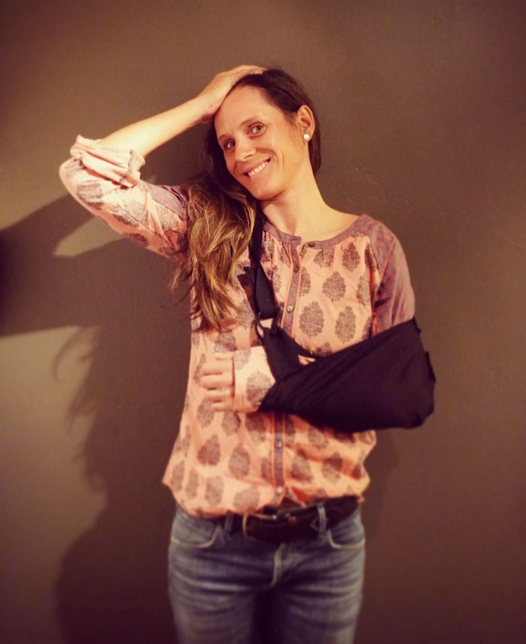 Kateřina Nash se zafixovanou paží po těžkém zranění. Foto: instagram Kateřiny Nash