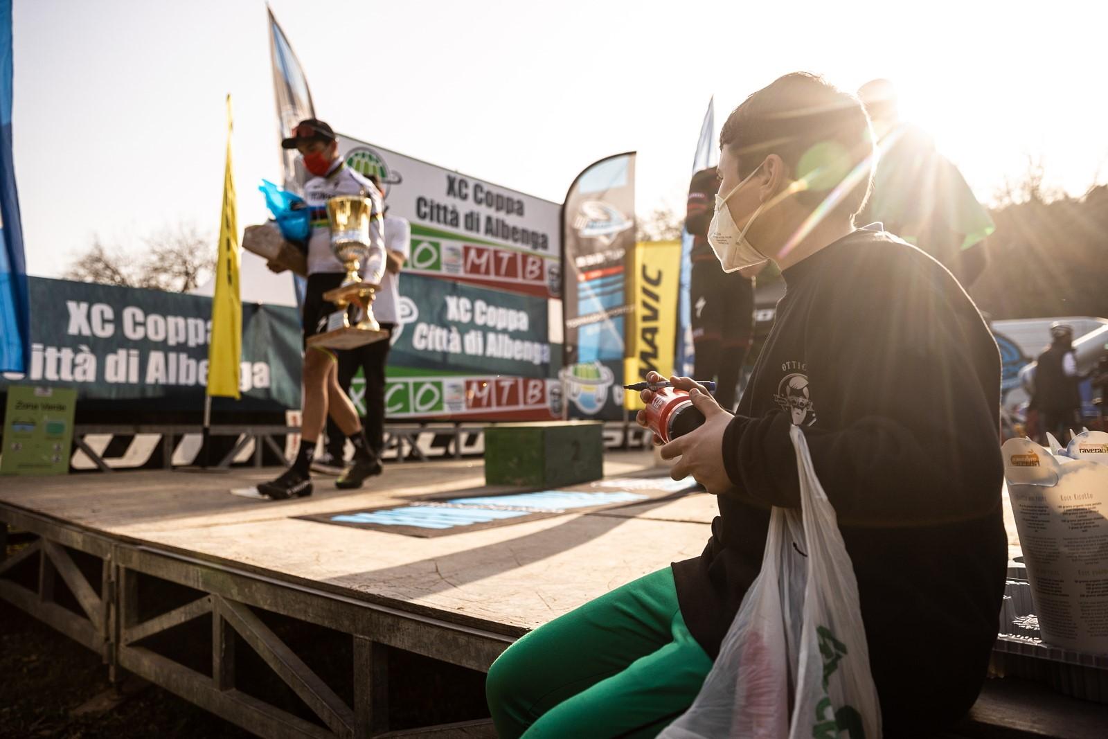 Stupně vítězů při prvním závodě opanovali cyklisté týmu Specialized, na něž čekali i lovci autogramů. Foto: Michal Červený