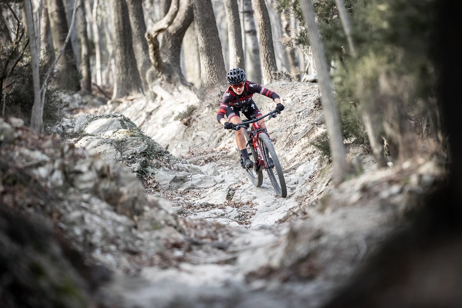 Švýcarská bikerka na trailu v oblasti Ligure. Foto: Michal Červený