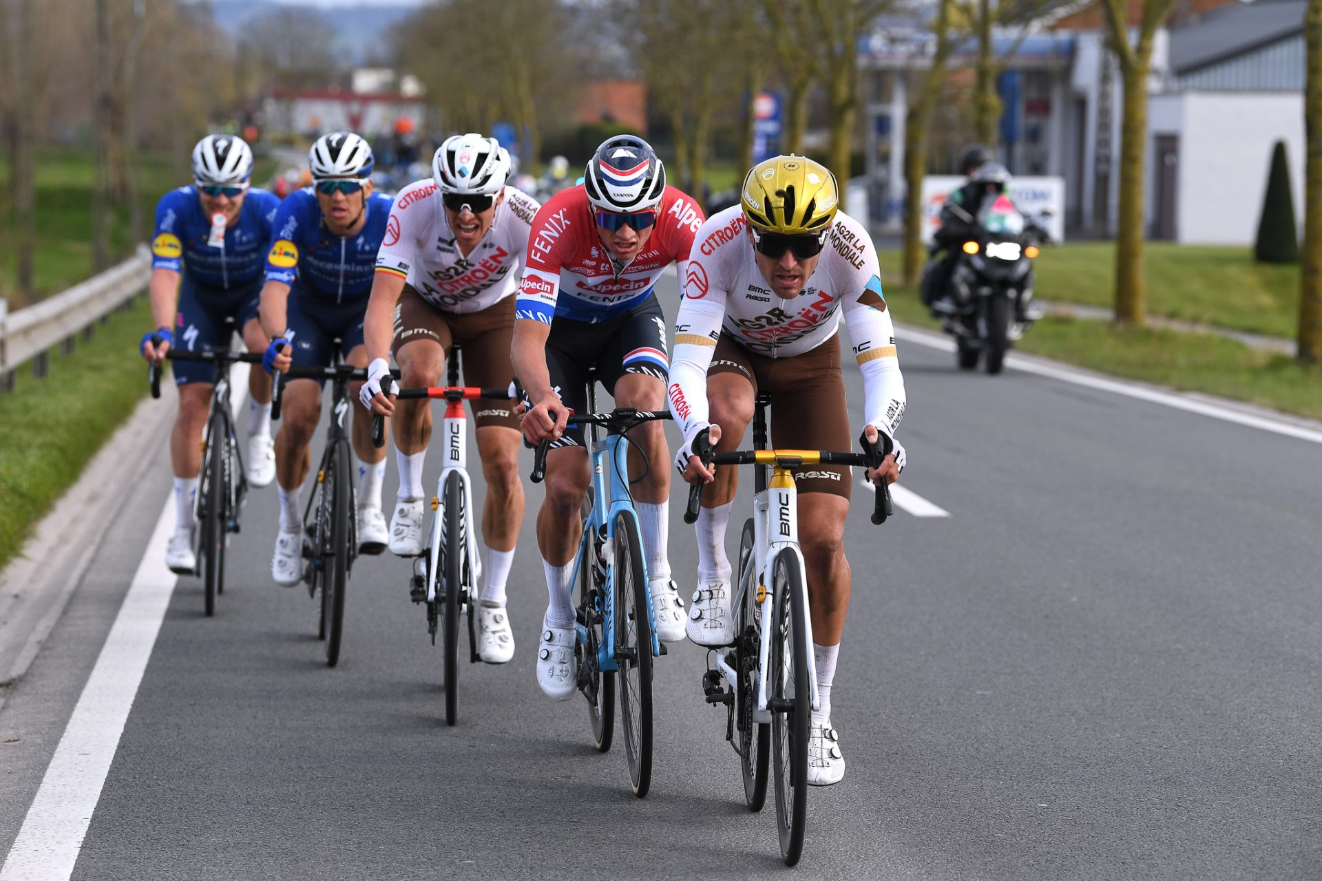 Greg van Avermaet táhne skupinu při klasice E3 Harelbeke. Tim de Waele/Getty Images)