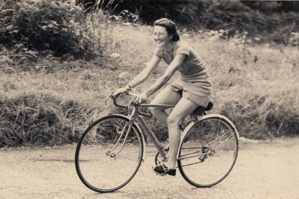 Despite mocked by opposition for being a woman, Billie Fleming was a cyclist from London who set the record for the distance cycled in 12 months with 29,600 miles in 1938. Her only support was a bike from Rudge Whitworth and some chocolate from Cadbury's.