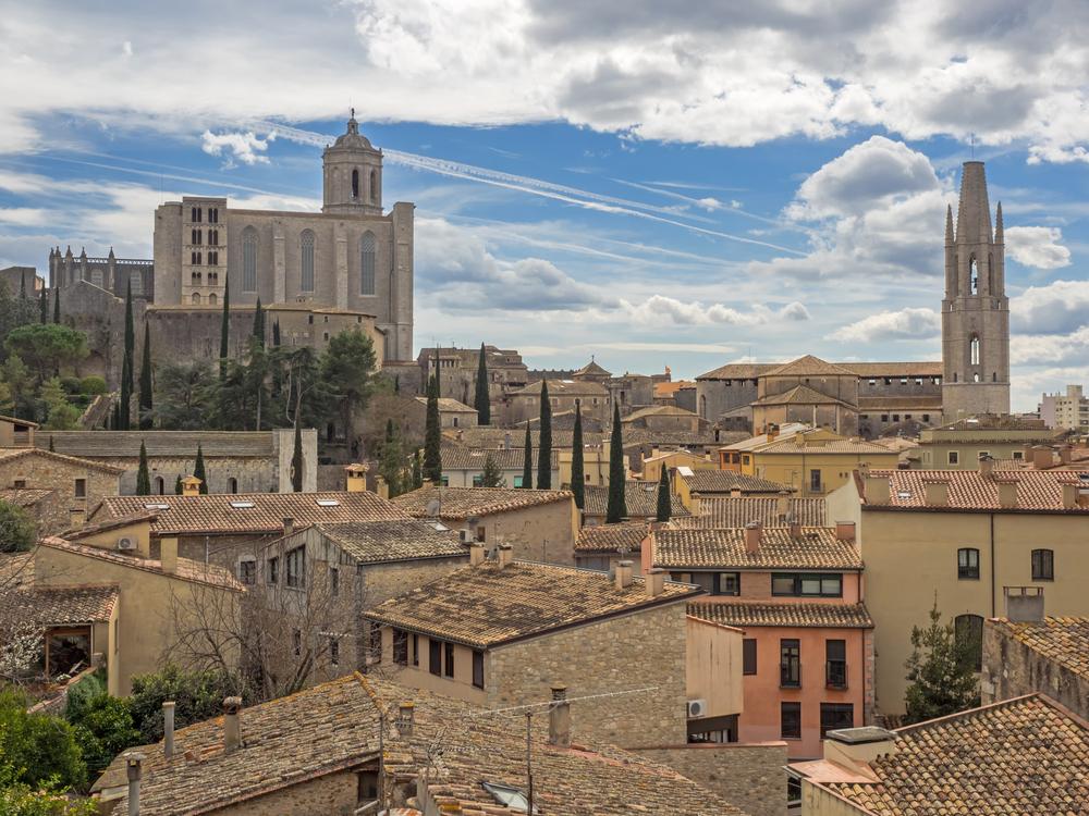 Widok z lotu ptaka na katedrę Santa Maria i bazylikę Sant Feliu w Gironie w Hiszpanii