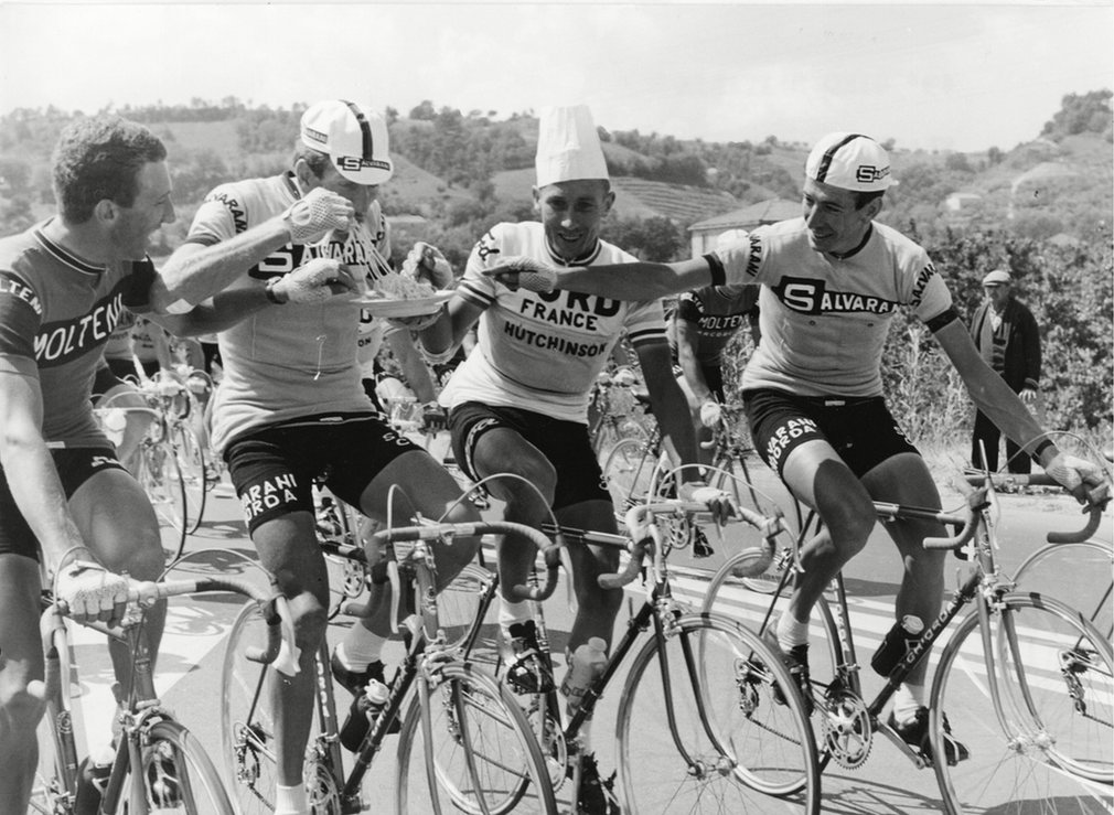 Riders eating spaghetti during a stage in 1966.