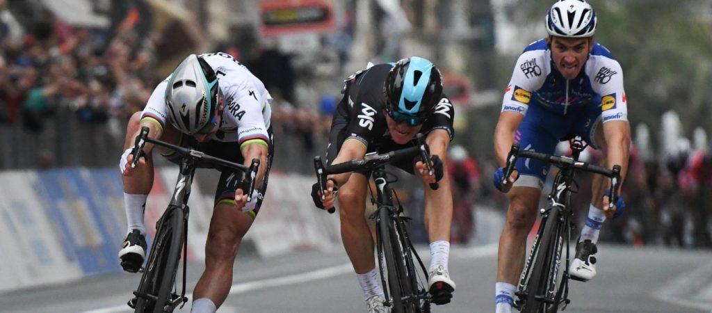 Tres ciclistas en la recta de meta