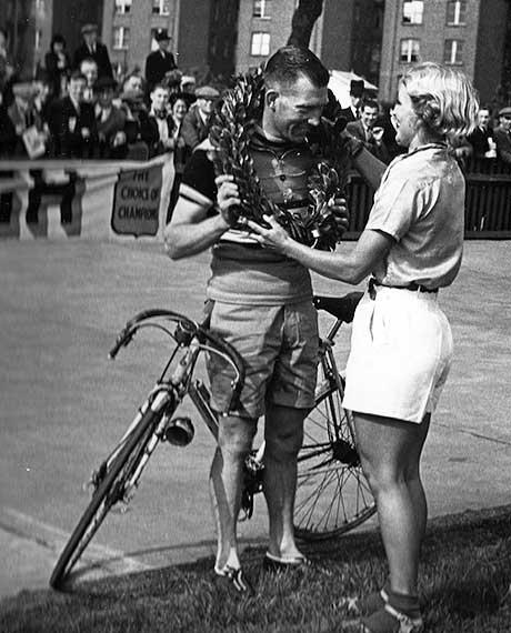 Tommy Godwin è stato il detentore del record mondiale di endurance per la distanza per decenni, dal 1939 al 2015, anno in cui Kurt Searvogel ha battuto un nuovo record.