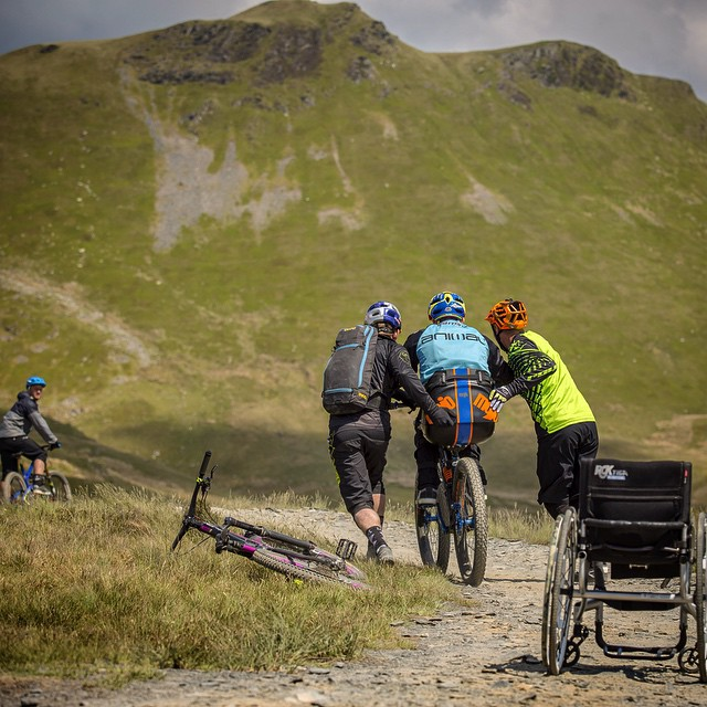 La carriera di Ashton, oggi 42enne, iniziò con i trial di moto, per poi proseguire con i trial di mountain bike.