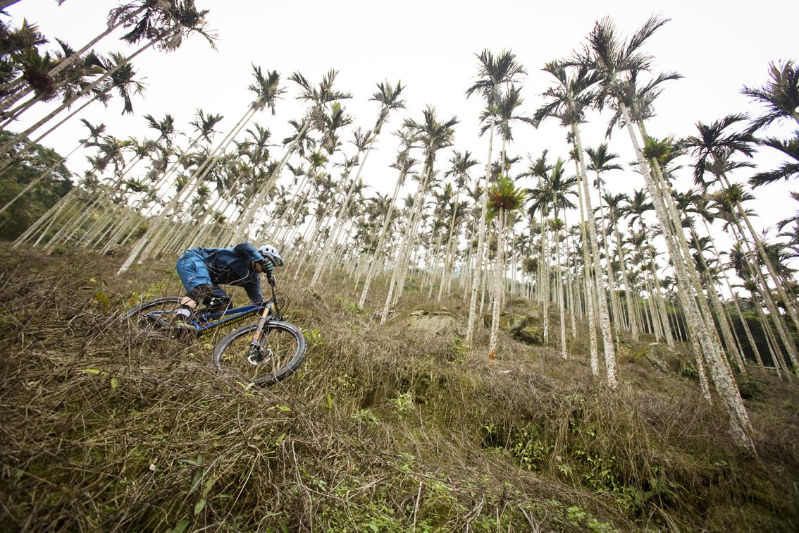 Richard Gaspi Gasperotti, ambasciatore di We Love Cycling, porta avanti il suo progetto a lungo termine, Zam, mettendosi in viaggio per esplorare un altro paese straniero.